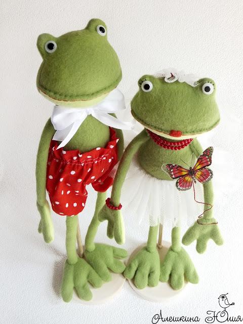 Лягушки влюбленные вместе - вид сверху
