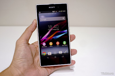 Hand on open the box Sony Xperia Z1 Genuine