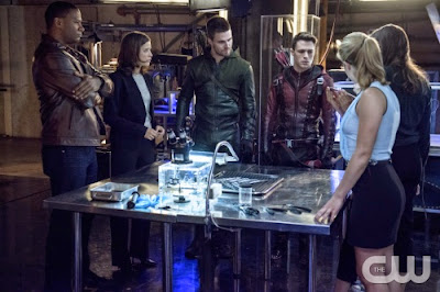 Diggle Lyla Arrow Arsenal Caitlin Felicity Arrow vs Flash