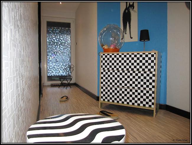 Mur bleu clair et imprimé damier noir et blanc zébré