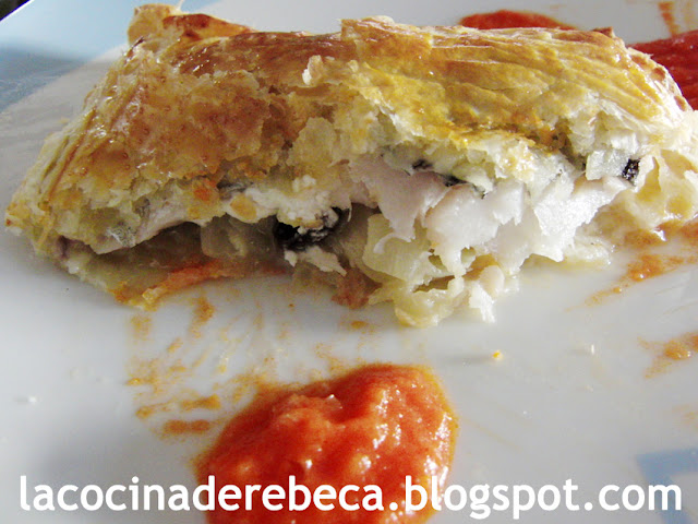 Hojaldre de bacalao con salsa de piquillos