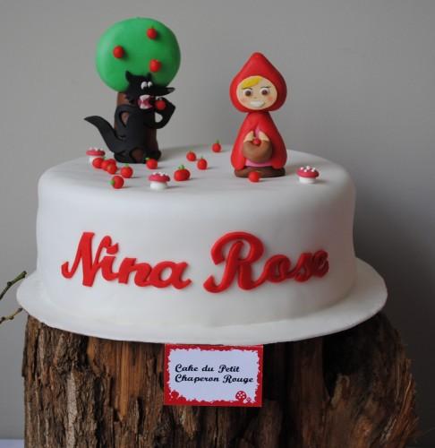 un gros gâteau d'anniversaire décoration pâte à sucre