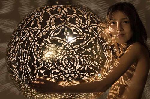 Estas lámparas de techo le darán un toque de misterio a cualquier lugar de tu casa.