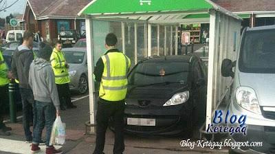 Parking kereta di tempat meletak troli