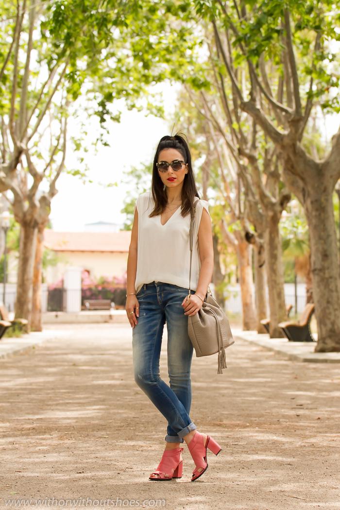 Look con jeans pitillo Meltin' Pot sandalias abotinadas de cuero rosas y bolso tipo saca de cuero color gris topo de Gigi New York