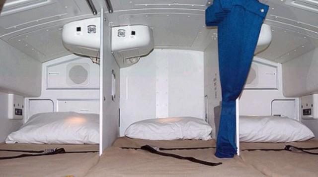 blogger-botter.blogspot.com - Tidak Disangka Seperti Inilah Tempat Tidur Pramugari di Pesawat