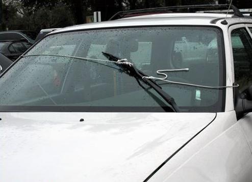 Essuie-glace manuel, faites rires les automobilistes sur l'autoroute par temps de pluie!