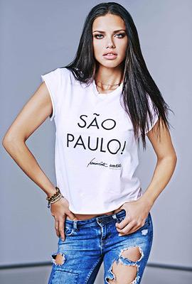 camiseta solidaria campaña amfAR Sao Paulo Adriana Lima