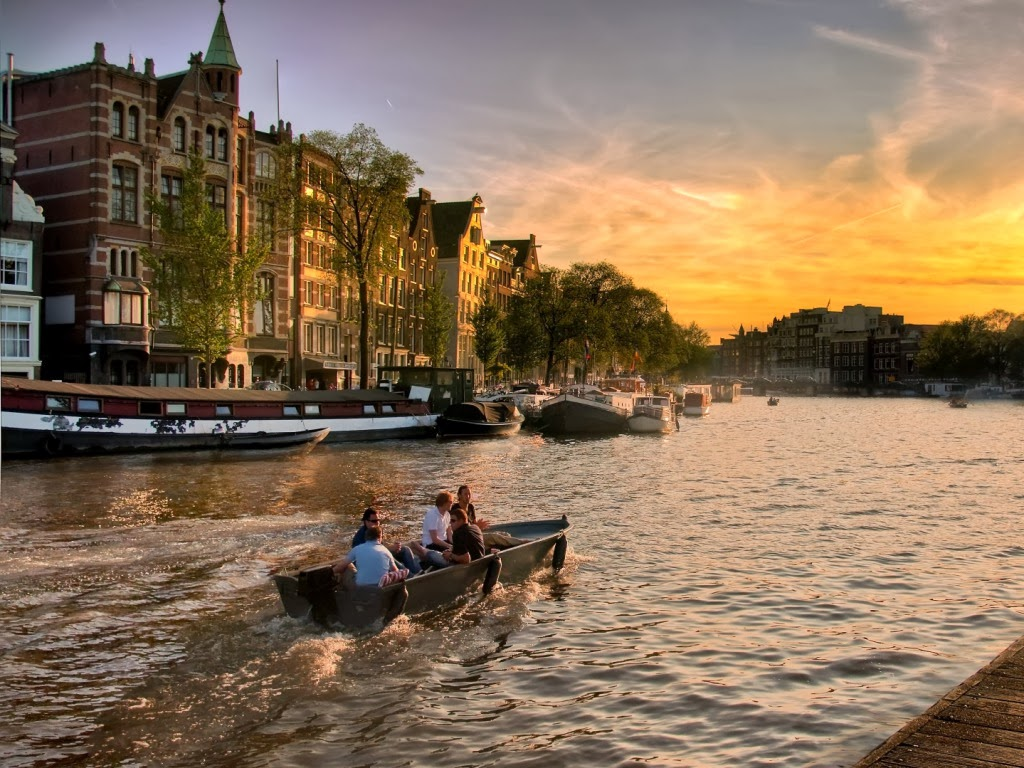 "<img src=""http://1.bp.blogspot.com/-pdS2wuTdPxM/UuAXbTfYrhI/AAAAAAAAJxw/sFcJJDZQHD4/s1600/boat-in-main-canal-of-amsterdam.jpeg"" alt=""boat in main canal of amsterdam"" />"