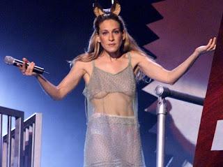 Tendência de moda Underboob: decote invertido agora no Brasil