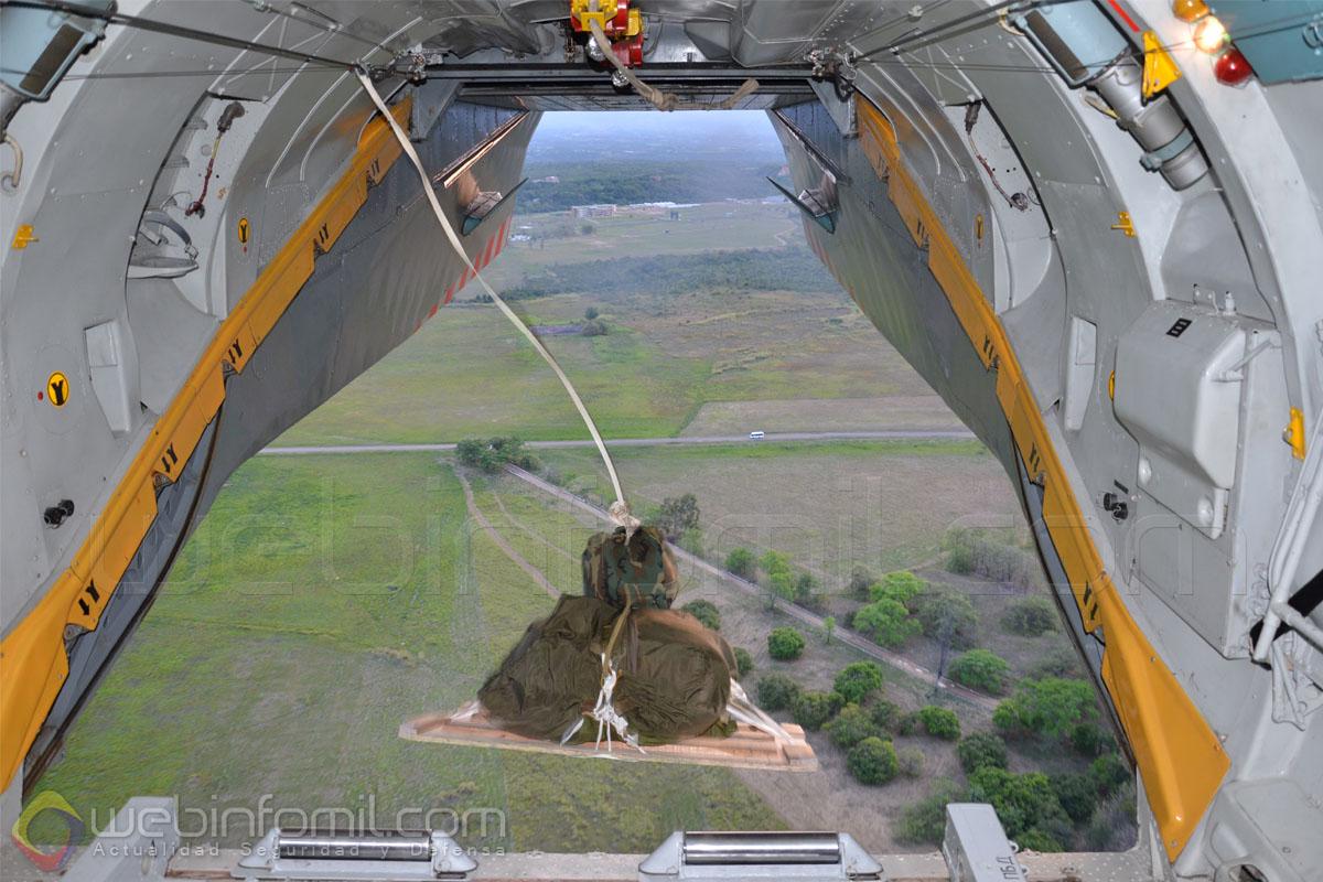 Instantes del lanzamiento de carga desde el Antonov-32 del Ejército de Colombia.