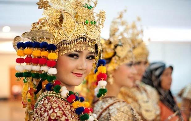 ialah tarian yang berasal dari kebudayaan kerajaan Sriwijaya di masa silam Mengenal Tari Gending Sriwijaya, Asal Usul dan Gerakannya