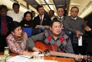 foto gambar lucu sby bermain gitar di pesawat