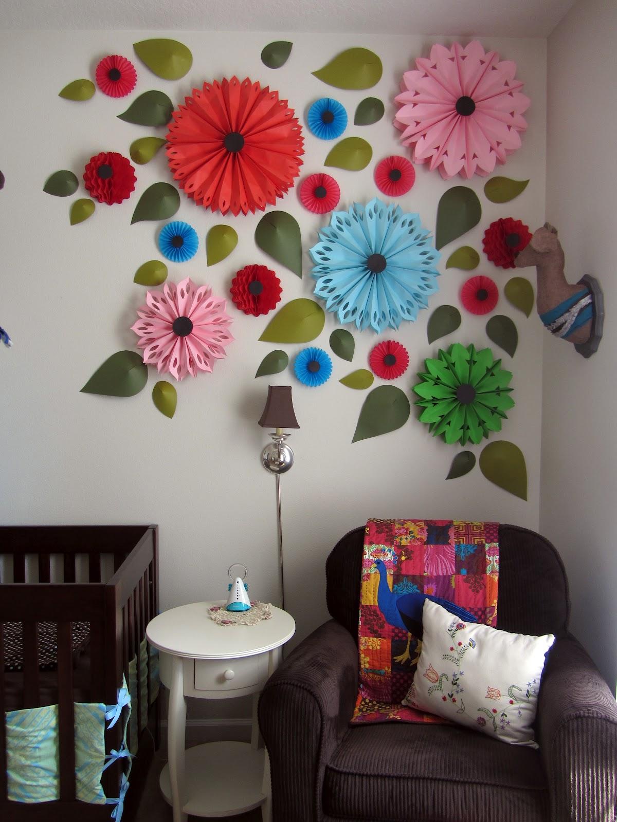 Оформить стену с помощью цветной бумаги