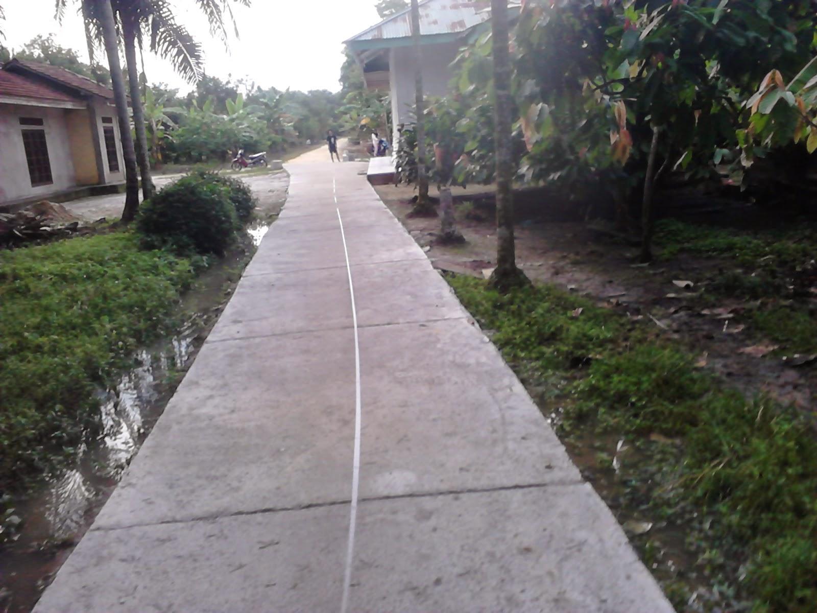 mengukur jalan yang telah disemenisasi di Desa Seresam