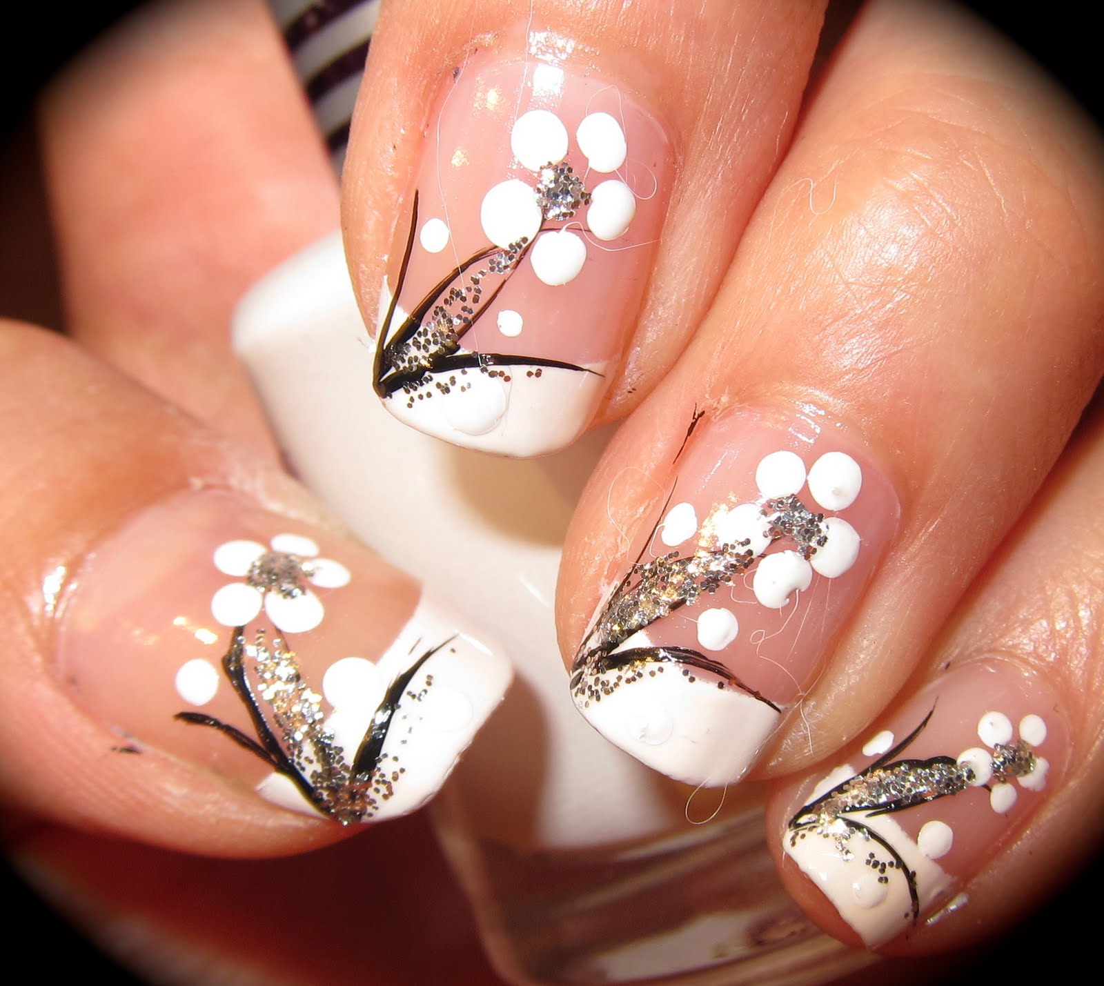 anny-simplichic: Black and White Floral Nail Design