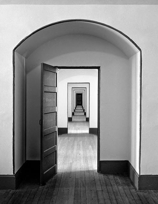 Культовый фотограф Hans Mauli родился в Швейцарии в 1937 году. Жил и работал в Париже, Лондоне, Нью-Йорке, Копенгагене. Снимал документалистику, портреты, fine-art.