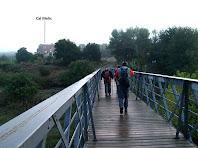 Travessant el Llobregat per la Palanca de l'Ametlla de Merola amb la masia de Cal Melic al fons