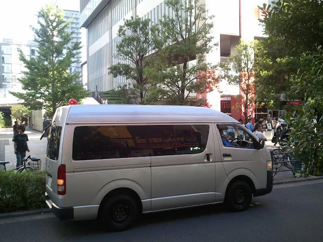 8月27日AKB48前田敦子あっちゃんの卒業式の日にAKB48劇場の周辺で警備をする警察おまりさん