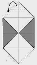 Bước 4: Gấp mép góc trên cùng tờ giấy ra phía sau, vị trí gấp là đường đứt đoạn.