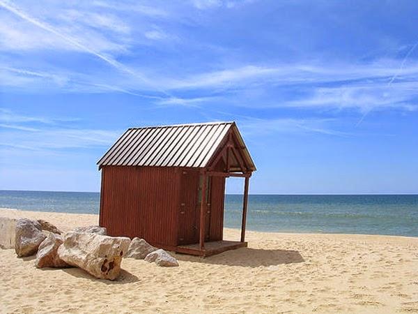 Mały domek na plaży w tle pięknego morza