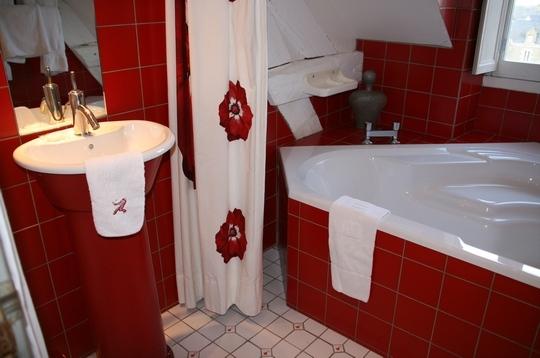 Baño De Color Rojo Oscuro: Decoración de Interiores: Decoración de Color Rojo en el Baño