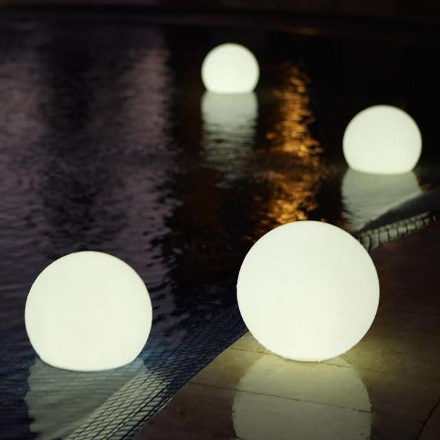 kule LED w ogrodzie