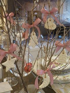 χριστουγεννιάτικα στολίδια από λευκό πηλό