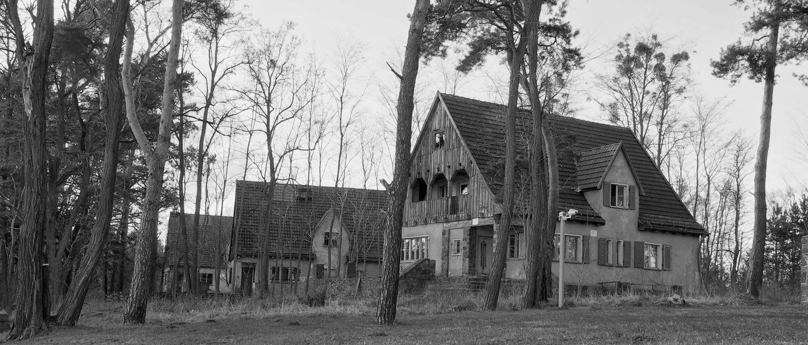 Drei Einfamilienhäuser gebaut für die Lagerführer und ihre Familien.