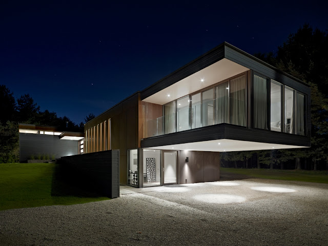 Picture of modern Clearview Residence as seen from the driveway at night