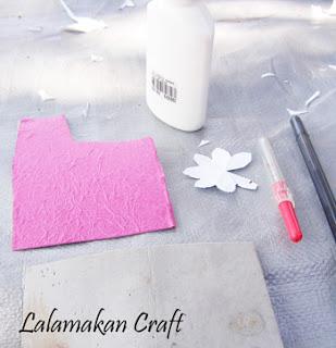 ), kertas perak, pola bunga dari kertas, pulpen, pendedel dan gunting