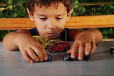 Resultado de imagen para niño jugando autitos