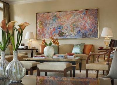 Большая абстрактная картина в гостиной