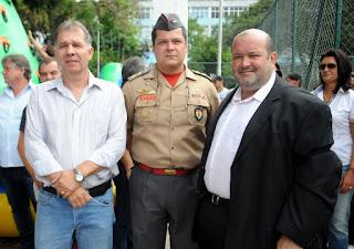 Secretário de Defesa Civil, Roberto Silva, com o comandante do Corpo de Bombeiros, tenente-coronel Leal, e o prefeito Márcio Catão