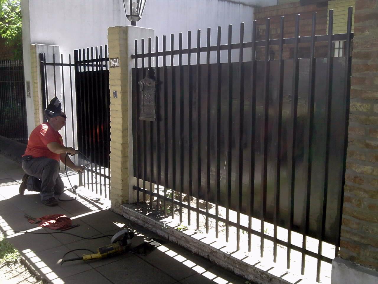 Herreria zona oeste ituzaingo placas de chapas para for Rejas para frente de casas fotos