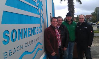 Das Strand-Pokerturnier ist auch für Markus, Eddy, Renke und Florian eine Premiere. Entsprechend gespannt sind die vier Köpfe von Friesland Poker. Foto: Nico Lindner
