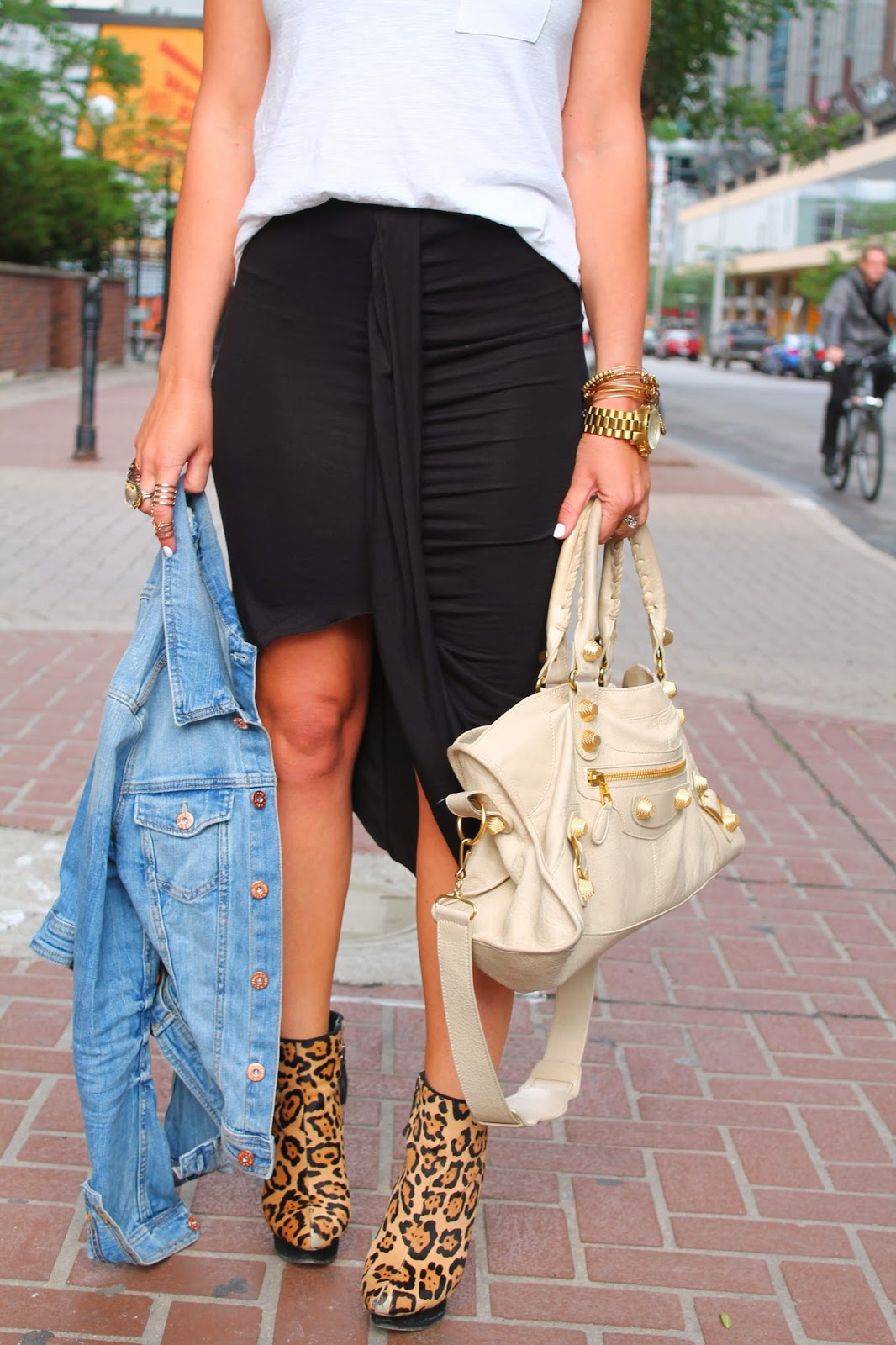 statement rings, ring stacking, black skirt, black relaxed skirt, relaxed summer outfit, white and black outfit, leopard booties, leopard ankle boots, balenciaga bag, blogerke, letnja moda, canadian fashion blogger, toronto street style, yonge street, dundas square, ombre hair, red lips, alex&ani