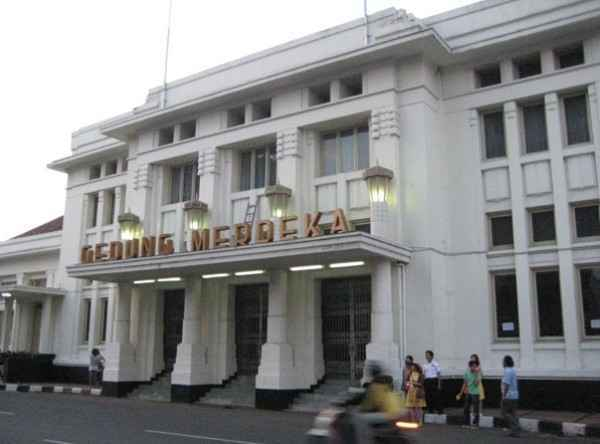Gedung merdeka bandung dalam Paket Wisata Tour Murah Trans Studio Bandung