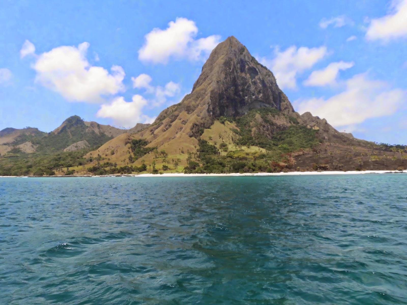 Foto pulau mules dilihat dari pantai pasir putih Dintor