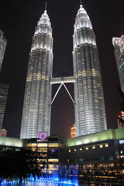 Tours Petronas by night