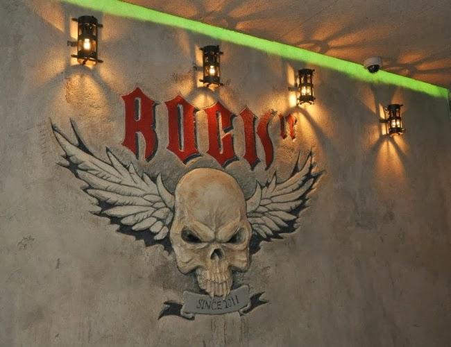 Рок Бар Rock IT - лого релеф на стената 2