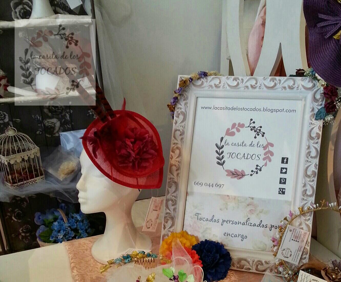 stand con decoración vintage de tocados, pamelas, canotiers, porcelana, peinetas diademas...