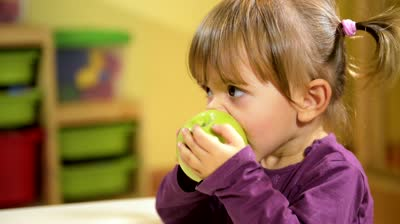 http://1.bp.blogspot.com/-pngEBtLnzik/UOgnYpOdntI/AAAAAAAAAPY/bc8lHe74Hrw/s1600/stock-footage-happy-children-and-healthy-food-cute-caucasian-baby-girl-eating-green-apple-fruit-at-school.jpg