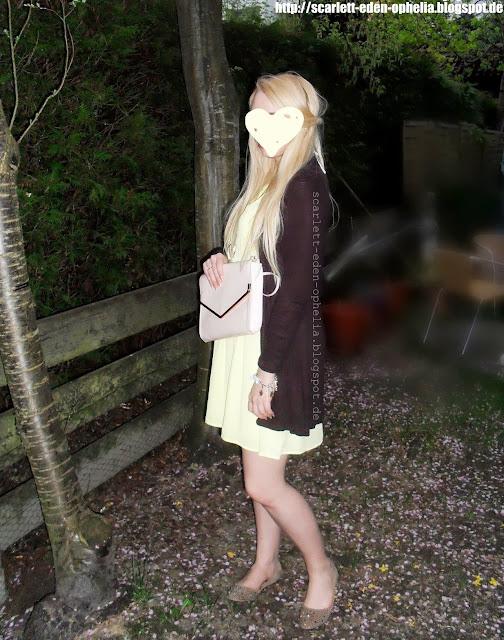 H&M-Look in Gelb, mit brauner Jacke und No-Name-Glitzerballerinas