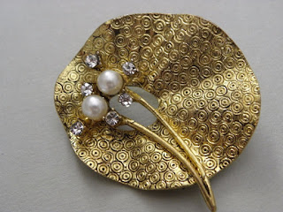 złota broszka liść vintage z perłą i kryształkami