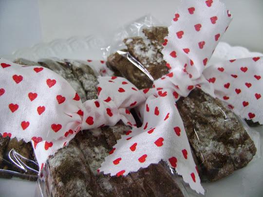 100 g de biscottis recheados,  amarrados em fita de tecido