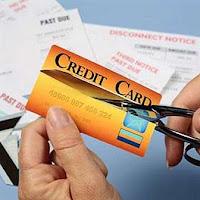 menggunting kartu kredit