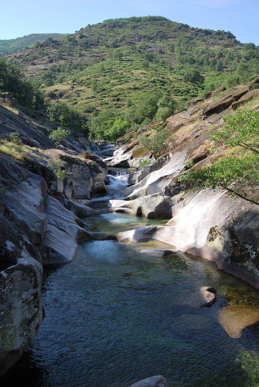 Sendeando y viajando reserva natural garganta de los for Piscina natural los pilones