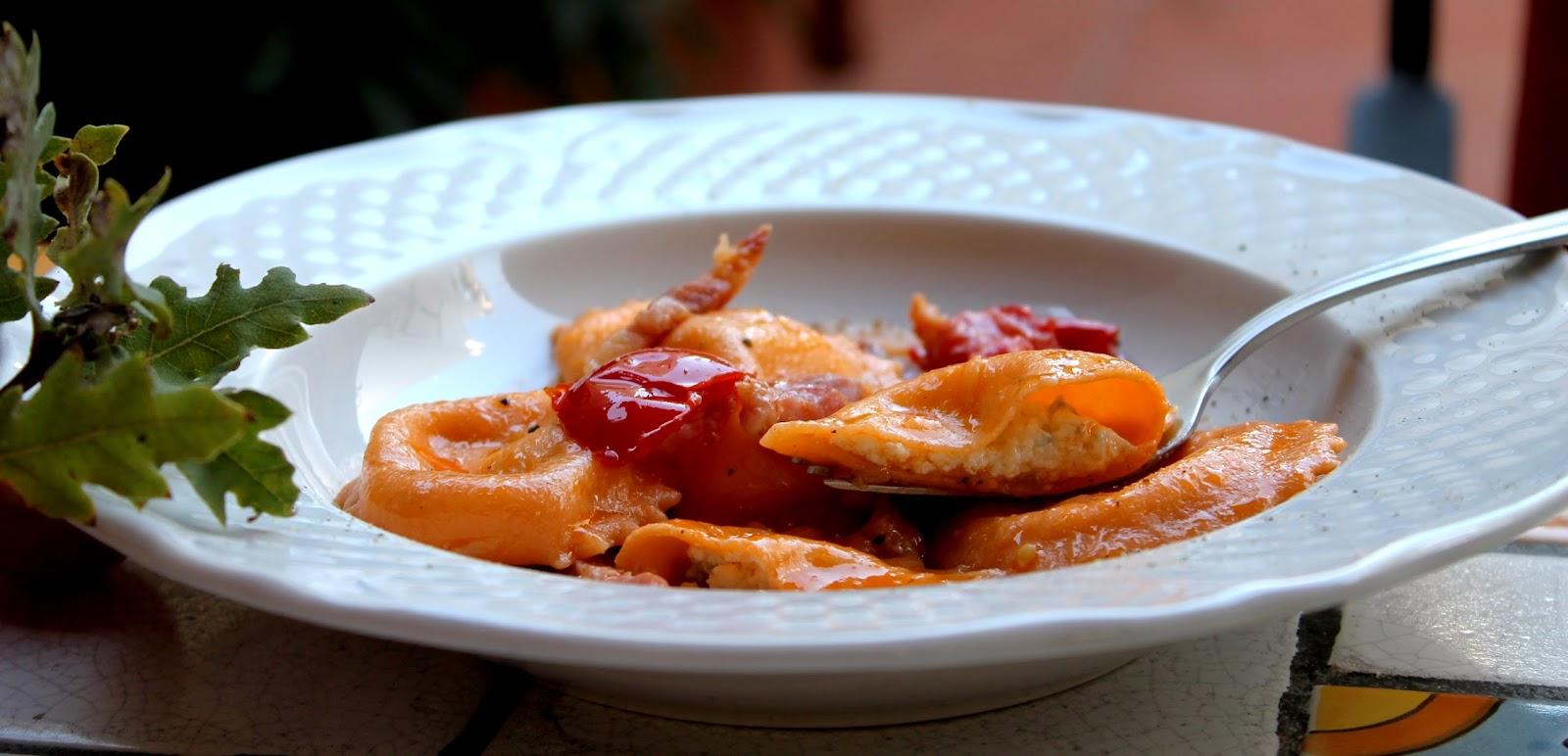 Ravioli rosa ai tre formaggi con pomodorini e pancetta