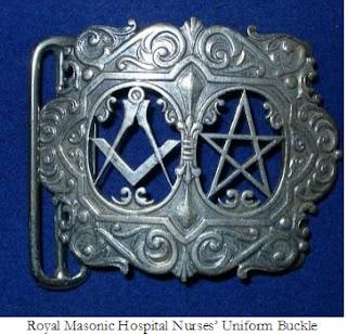 Η νοσοκόμα της βασίλισσας Ελισάβετ φοράει ζώνη με μασονικά σύμβολα